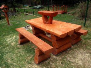 drevené posedenie - stôl a lavice z guľatiny