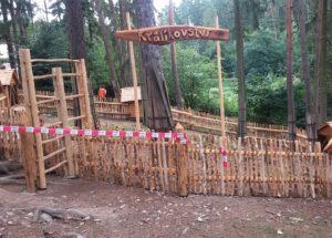 hotový drevený plot zo smrekových haluzí